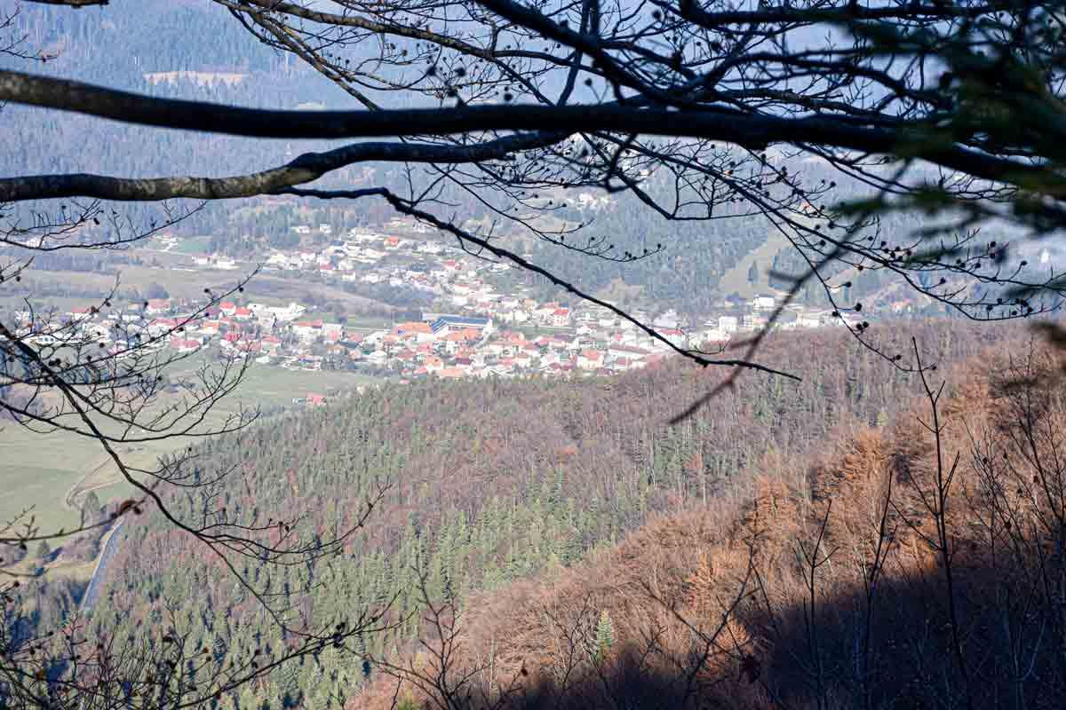 Pogled v dolino s Šeničevega vrha